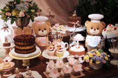 """Cupcakes, pães de mel, minibolos e """"popcakes"""" (bolo no palito, em inglês) ajudaram a compor a decoração da festa com tema ursinhos confeiteiros. O projeto foi assinada por Fabiana Moura - Projetos Personalizados"""