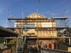 Es geht voran in Nußdorf! Nach knapp einer Woche Bauzeit ist das neue Dach bei der Aufstockung eines Einfamilienhauses in Nußdorf schon langsam in Sicht! Style At Home, Cabin, House Styles, Design, Home Decor, Architects, Detached House, Interior Designing, Decoration Home