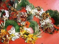 Jana Melas Pullmannová: Venčeky na hroby úplne zadarmo Christmas Wreaths, Floral Wreath, Holiday Decor, Fall, Youtube, Blog, Home Decor, Scrappy Quilts, Corona