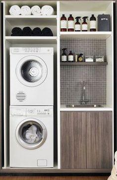Praktische indeling voor de wasmachine. Kleine afwasbak met kraantje ernaast. Handig voor kleine wasruimte. #Klein #Oplossing #Opbergen