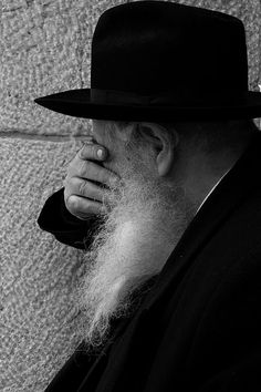 Black & white, jewish man praying www.facetozion.com