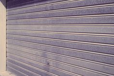 Cómo reparar una puerta de garaje. Aprende a hacerlo tú mismo. http://comosehaceencasa.com/consejo/mantenimiento-de-la-puerta-del-garaje/