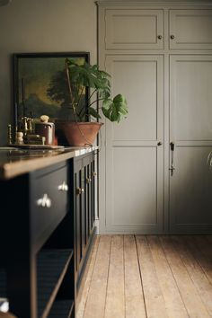 Simple interiors are our favourite. The walls and built in cupboard have been painted in Charleston Gray by Farrow & Ball, it works wonderfully with the original wooden floors and deep black Shaker cabinetry. #deVOLKitchens #CharlestonGray #BuiltInStorage #KitchenInterior Kitchen Interior, New Kitchen, Kitchen Decor, Kitchen Design, Interior And Exterior, Kitchen Ideas, Modern Shaker Kitchen, Devol Kitchens, Home Kitchens