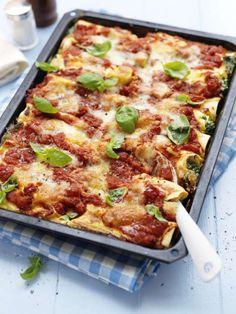 Perfekt till matlådan och ännu godare dagen efter. Recept på vegetarisk cannelloni fylld med spenat och ricotta - gott och inte svårt alls att laga.
