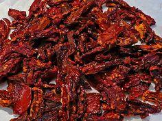 zongedroogde tomaten zelf maken in de oven Tapenade, Hydrating Foods, Cooking Tomatoes, Happy Foods, Canning Recipes, Family Meals, Oven, Good Food, Veggies