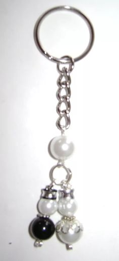 Promocion Llaveros De Novios De Perlas A Solo $ 18 - $ 18.00 en Mercado Libre Beaded Jewelry, Beaded Necklace, Beaded Bracelets, Bling Purses, Beaded Bookmarks, Earring Crafts, Diy Keychain, Crystal Beads, Fashion Jewelry