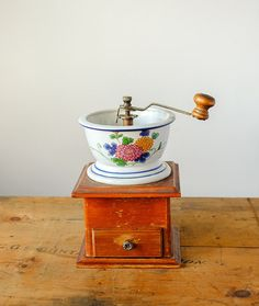 Vintage Coffee Grinder French / Porcelain bowl with floral pattern Antique Items, Vintage Items, Vintage Coffee, Wooden Boxes, Porcelain, Rustic, French, The Originals, Antiques