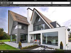 Overdekt terras in lijn met uitbouw keuken en schoorsteen. Contrast
