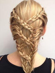 Medieval inspired lace braids! Perhaps not the easiest look to recreate but looks beautiful ! // Tresses enlacées d'inspiration médiévale. Peut-être pas le look le plus facile à recréer mais très joli !