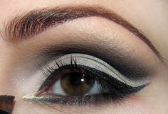 To pull a line inside the eye shadow metallic gray (you can do this with a special fluid - make this easier), and the inner corner apply a shimmering beige shade.