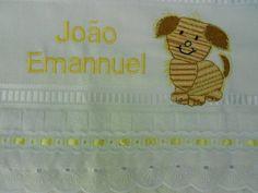 Toalha de mão bordada com nome e desenho. Acabamento em lese e passa fita R$ 22,00