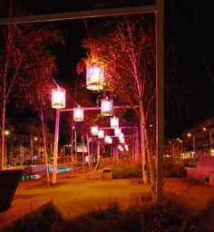 aleja z lampionami nocą