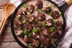 A svéd húsgolyókat senkinek sem kell bemutatni - mindenki rajong értük. Egy kis áfonyalekvárral megtoldva nem lehet nem beleszeretni! Lássuk, hogy készül házilag.