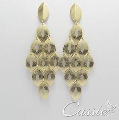 Lindo brinco de folinhas articuladas, folheados a ouro com detalhe escovado. #brinco #folheado #me #cassie #semijoia