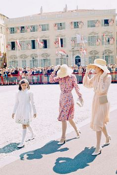 Princess Grace Kelly, Monaco, 1974 : Princess Grace Kelly with her daughters, Caroline and Stéphanie, at the 25th anniversary of the reign of Prince Rainier III in Monaco City.