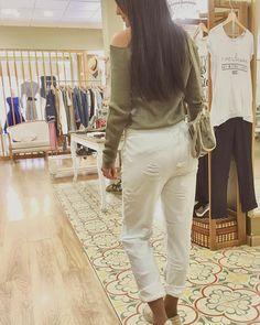 Aún nos queda todo el domingo chicas para disfrutar paseo comodita y solecito en la cara???  A que apetece mucho? jersey sin hombros @bravesoulspain pantalón algodón @silvianheach zapatillas doradas y blancas en piel @tolinozapatos