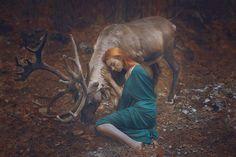 """""""La fotógrafa rusa Katerina Plotnikova pone a prueba nuestra percepción con ninfas que posan junto a animales reales a los que tú ni te acercarías""""."""