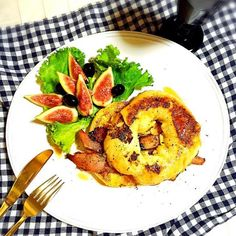 甘しょっぱ系 フレンチトーストをベーグルで  フレッシュな無花果とブラックオリーブ、ザクロ酢ヨーグルトドリンクと一緒に朝ご飯⛅️⛅️⛅️ - 45件のもぐもぐ - Bagel French Toast ✨ by welcomeizumi