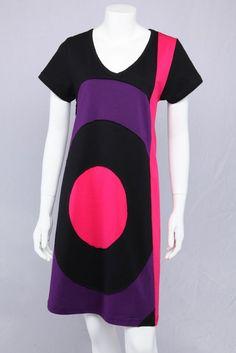 Sort A-kjole med lilla og pink.