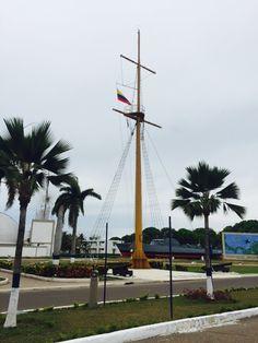 Mástil del Pabellón Nacional en la Escuela Naval Almirante Padilla (ENAP) de la Armada Nacional de Colombia.