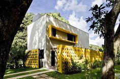 Fachadas de casas com cobogós - veja modelos lindos e dicas sobre essa tendência!
