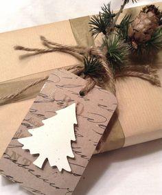 おしゃれアイデア多数!クリスマスの手作りギフトラッピングに映える、かわいいギフトタグの作り方をいろいろ集めました。 ギフトタグの用途は、ちょっとしたメッセージを添えられるだけでなく、プレゼントの見た目を豪華に見せる効果もあります。 簡単に作れるアイデアもいろいろありますので、お家にあるアイテムを利用して手軽にプレゼントをドレスアップ!  <画用紙で3Dギフトタグ> 2種類の画用紙を重ねて、クリスマスの絵柄を浮き立たせたおしゃれなギフトタグです。   ポイントは、絵柄のある画用紙をタグに使い、シンプルなカラーのみの画用紙をデザインに使って引き立てるところ! 切り抜いたデザインは、厚みのある両面テープで貼り合わせることで簡単にポップアップさせれます。     絵柄の画用紙を作りたいタグの大きさに長方形切り抜いて、角を丸くカット。クリスマスツリーやスノーマンなど、クリスマスデザインに切り抜いた色画用紙を、厚みのある両面テープで貼り合わせます。 パンチャーで穴をあけて、リボンや紐を通してプレゼントに結んで飾り付けます。  &nb...