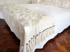 Risultati immagini per bordado mexicano patrones pie de cama Mexican Embroidery, Crewel Embroidery, Hand Embroidery Designs, Modern Bed Pillows, Mexican Bedroom, Bed Cover Design, Bed Scarf, Bed Runner, Bed Throws