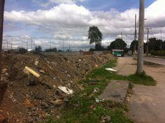 Caminos largos y solitarios, la tierra y el césped reclamando lo que las vías le quitaron.  Duvan Muñoz 2013
