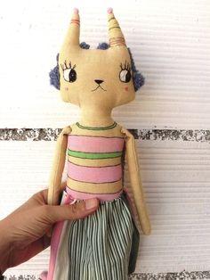 Gata bordada realizada en lienzo de algodón y bordada a mano. 42 cm. Falda…
