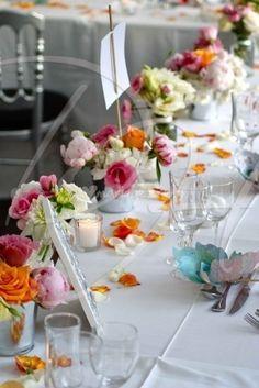 30 idées de centres de table avec fleurs Wedding Spot, A Table, Wedding Styles, Table Decorations, Furniture, Bouquets, Home Decor, Centerpiece Ideas, Centerpiece Flowers
