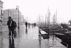 Μια βροχερή μέρα του 1950. Λήψη της κορυφαίας Ελληνίδας φωτογράφου Βούλας Παπαϊωάννου. Greece History, Old Greek, Greece Photography, Macedonia, Thessaloniki, Crete, Old Photos, Photo Art, The Past