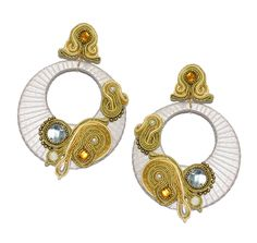 Pendiente de flamenca. Aro en color beige con detalles y aplicaciones en dorado y piedra facetada cristal.