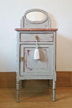 3 ideas para utilizar una mesita de noche en el baño Casas Shabby Chic, Nightstand, New Homes, Dressers, Antiques, Decoupage, Table, House, Painting