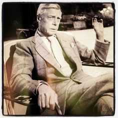 70 year old Duke of Windsor with buttoned jacket, large shirt collar and without tie dimple — Gentleman's Gazette Edward Viii, Prince Edward, Prince Charles, Prince Philip, Edward Windsor, Wallis Simpson, Queen Mary, Prince Of Wales, Royal Families