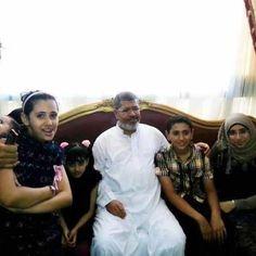 شاهد صورة خاصة لرئيس محمد مرسى فى منزله امس ويرتدى الجلباب الابيض والتى حققت 500 الف لايك فى 5 ساعات فقط