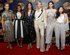 Mindy Kaling et al. posing for a photo: Sarah Paulson, Mindy Kaling, Sandra Bullock, Cate Blanchett, Anne Hathaway and Awkwafina Sandra Bullock, Mindy Kaling, Cate Blanchett, Sandro, Ocean's 8 Cast, Ocean's Eight, Anne Hathaway Photos, Oceans 8, Photo L