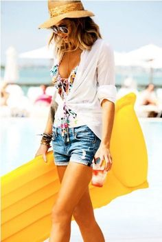 Beach Fun And Summer Looks 2018 Picture Description Floral top, sheer white cardigan with sleeves rolled up, distressed denim Fashion Mode, Look Fashion, Fashion Outfits, Beach Fashion, Beachwear Fashion, Fashion 2015, Travel Fashion, Make Girl, Cute Summer Outfits