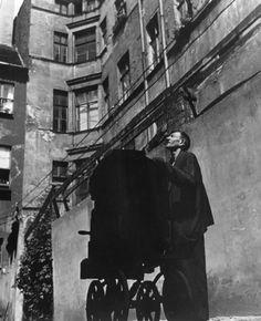 Leierkastenmann in Berliner Hinterhof ... das Konzert des armen Mannes,  Wolfgang Sievers, 1933, Armut in Berlin / Germany
