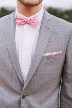 5421b1de82756 Costume de mariage, costume sur mesure, costume Samson gris clair Noeud  papillon et pochette