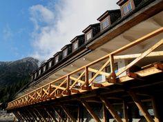 Prachtvoller, blauer Himmel über der Herberge. Foto: Doris Portal, Stairs, Train, Home Decor, Pictures, Hostel, Heavens, Stairway, Decoration Home