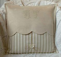 coussin patchwork beige monogramme et pampille de l'album Les coussins d'Aston...