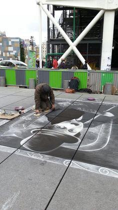 Centre national d'art et de culture Georges-Pompidou らへんの地面に絵を描く男。