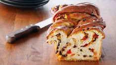 El sticky bun es un dulce pegajoso hecho con una masa fermentada. Se trata de un básico de la panadería. En esta receta, Anna Olson nos propone preparar...
