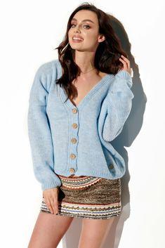 Cardigan bleu tricotat de dama scurt cu cu nasturi si maneci lungi.Fiind un cardigan cu taieturi simple, este usor de accesorizat si de purtat, fiind ideal pentru serile reci de primavara-toamna. Cardigan Outfits, Smart Casual, Modeling, Elegant, Sweaters, Tops, Women, Products, Fashion