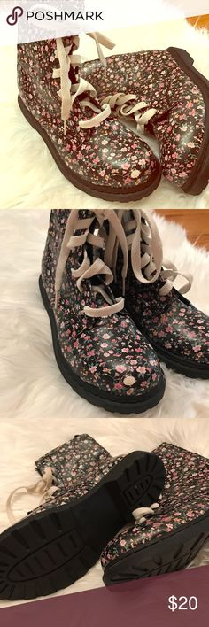Like new Arizona combat boots Floral boots Arizona brand. Size 9.5. Worn once or twice in excellent condition. Arizona Jean Company Shoes Lace Up Boots