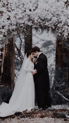 S'identifier - Robert and Kristen Twilight Saga - Wedding Dress Twilight Bella Und Edward, Twilight Film, Edward E Bella, Twilight Scenes, Twilight Saga Quotes, Vampire Twilight, Twilight Wedding, Twilight Saga Series, Robert Pattinson Twilight