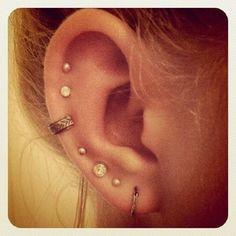 Multiple ear piercings Ear Peircings, Piercings Na Orelha, Cute Ear Piercings, Tatuaje Piercing, Body Piercing, Piercing Tattoo, Auricle Piercing, Bling Bling, Multiple Ear Piercings