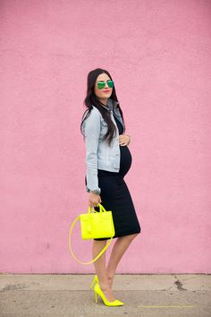 If you're on the hunt for a relaxed yet absolutely stylish getup, dress in a grey denim jacket and a black bodycon dress. Add a pair of yellow leather pumps to the equation to completely change up the ensemble. Stylish Maternity, Maternity Wear, Maternity Fashion, Maternity Styles, Maternity Swimwear, Baby Bump Style, Mommy Style, Fashion Blogger Style, Look Fashion