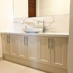 Traditional Powder room vanity for Frankston clients. Polytec Ballarat profiled doors 2-PAC painted. Quantum quartz Carrara quartz stone benchtops with quantum six+ Calcutta honed porcelain splashback.