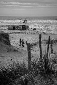 #Bretagne - Finistère - Baie d'Audierne : Big Brother is... (4 photos) 1) même pas peur ! 3) quoique.... finalement je me planque derrière les oyats de la dune... 4) en 3000 px de large